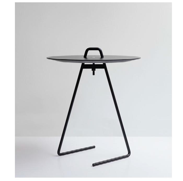 スチールの脚とラミネート加工を施したテーブルトップの洗練されたミニマルデザインのサイドテーブルです